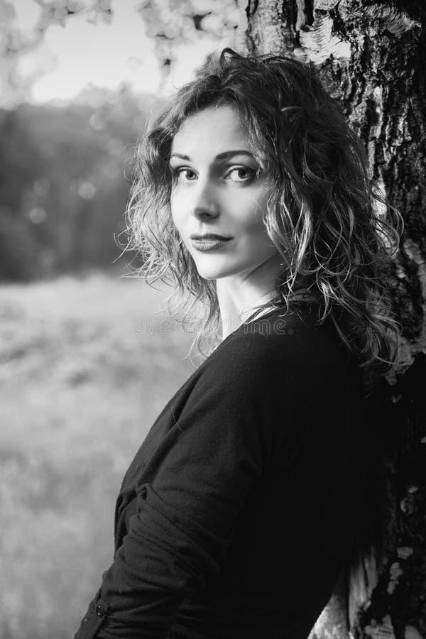 Attraktive Frau in der Natur stockbilder