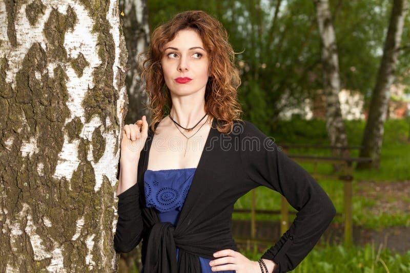 Attraktive Frau in der Natur lizenzfreies stockfoto
