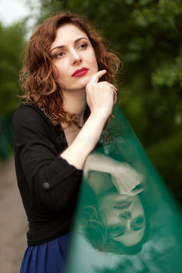 Attraktive Frau in der Natur stockfotos