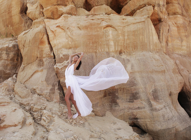 Attraktive Frau in der Wüste lizenzfreies stockfoto