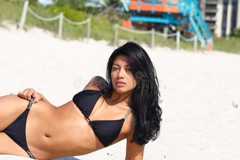 Attraktive Frau, die auf dem Strand formt stockbild