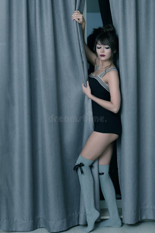 Attraktive Frau, die den Hintergrund bereitsteht stockfoto