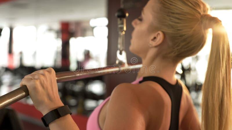 Attraktive Frau, die den vorderen Zug-unten, trainierend in der Turnhalle an einem sonnigen Tag, Sport tut lizenzfreies stockfoto