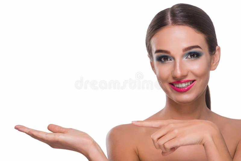Attraktive Frau, die etwas hält lizenzfreie stockfotografie