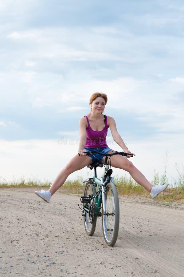 Attraktive Frau, die Fahrrad fährt stockfoto