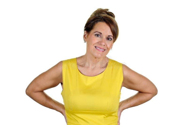 Attraktive Frau, die gelbes Kleid trägt stockfotografie