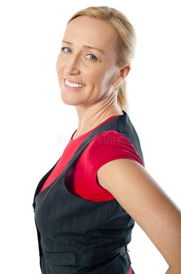 Attraktive Frau, die glücklich in den casuals aufwirft lizenzfreies stockbild