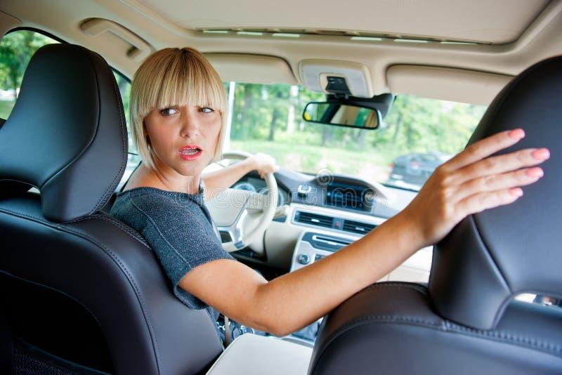 Attraktive Frau, die ihr Auto parkt stockfotos