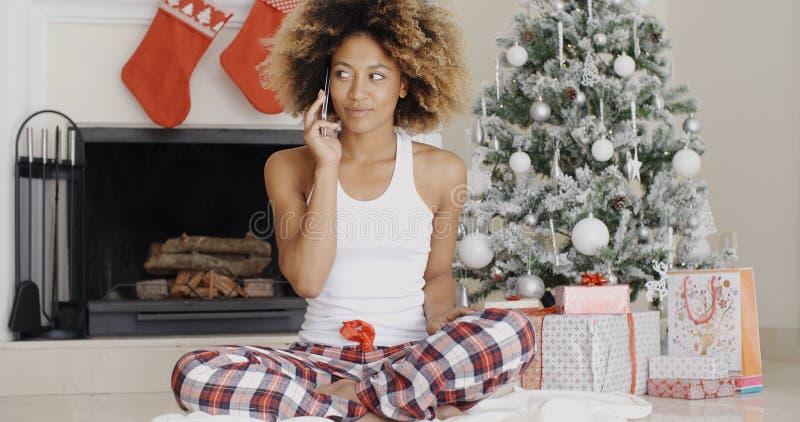 Attraktive Frau, die ihre Freunde am Weihnachten anruft lizenzfreie stockfotografie