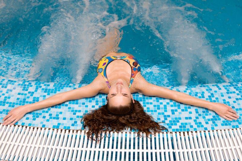 Attraktive Frau, die im Jacuzzi sich entspannt lizenzfreies stockfoto