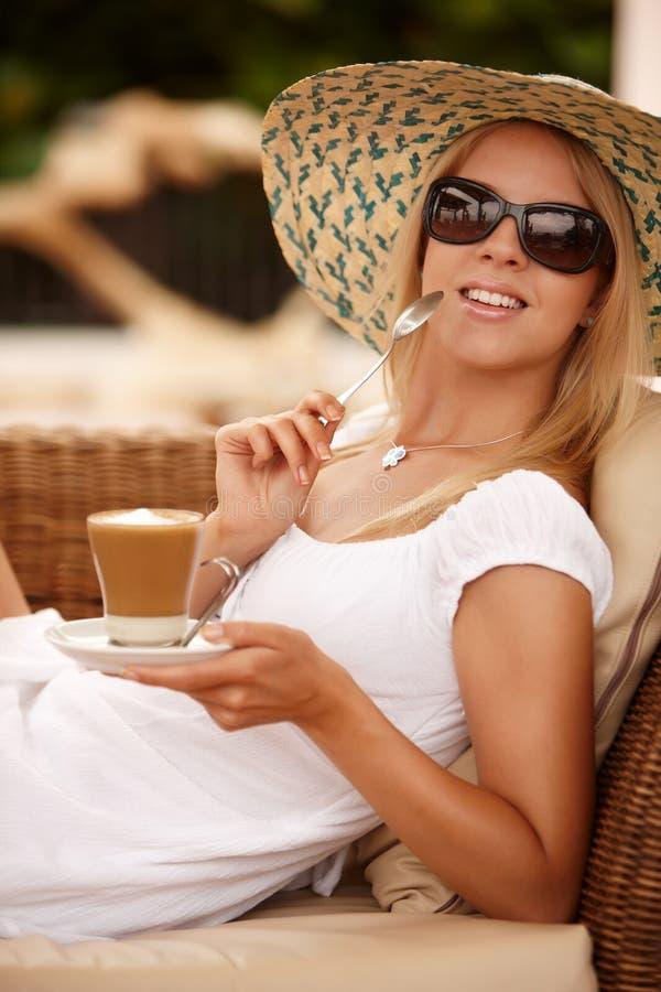 Attraktive Frau, die Kaffee auf Ferien genießt lizenzfreie stockfotos