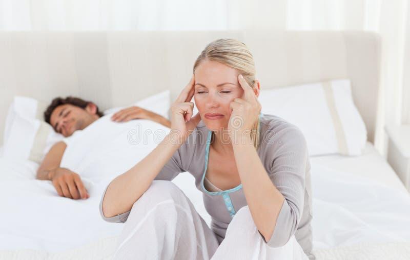 Attraktive Frau, die Kopfschmerzen hat stockbild
