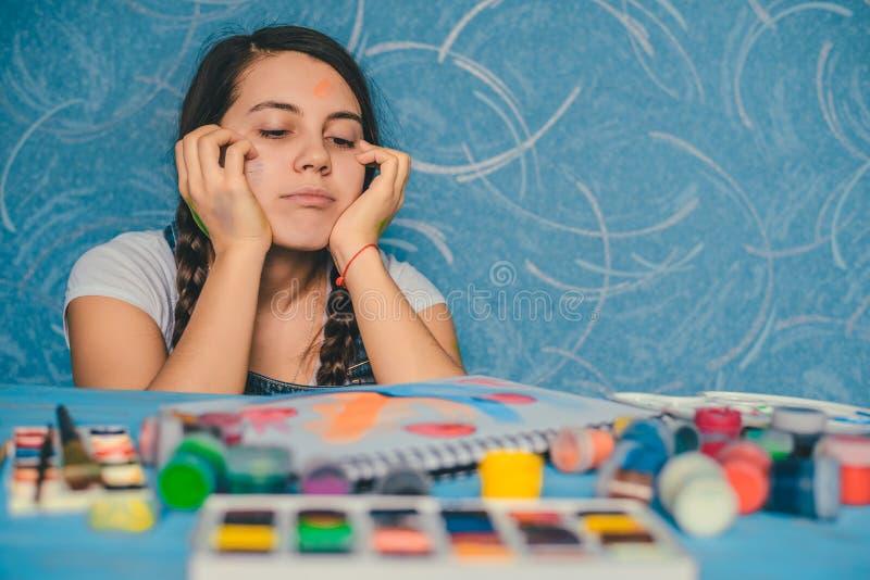 Attraktive Frau, die nach Musen mit Farben sucht stockfoto