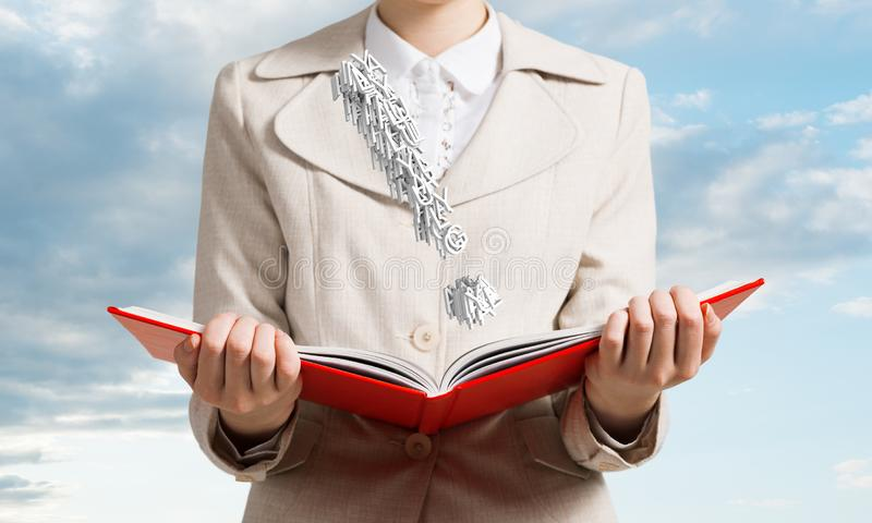 Attraktive Frau, die offenes Notizbuch h?lt lizenzfreie stockbilder