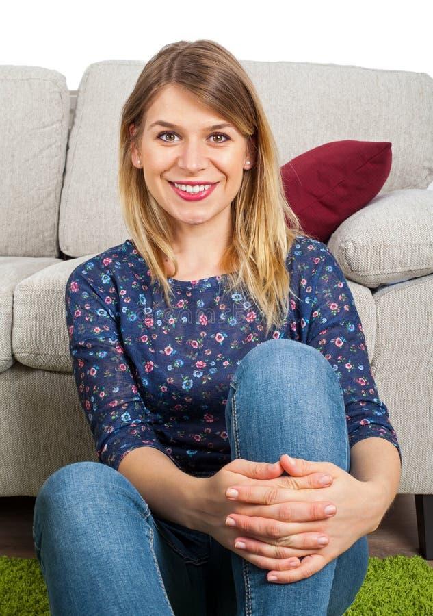 Attraktive Frau, die sich zu Hause entspannt lizenzfreie stockfotografie