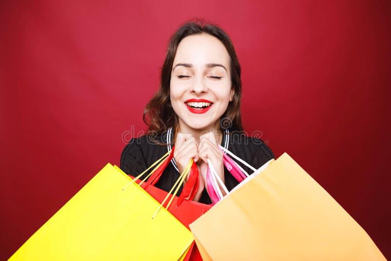 Attraktive Frau, die viele Einkaufstaschen hält lizenzfreie stockfotos