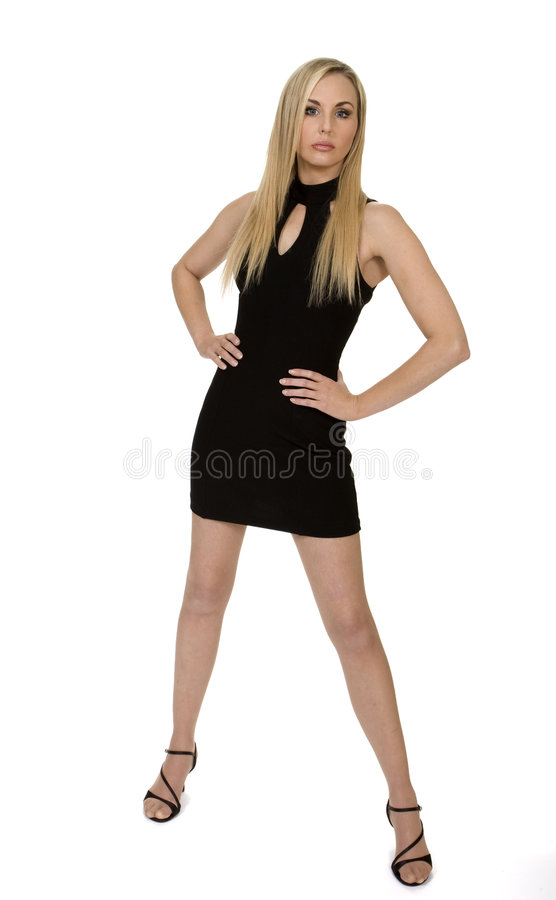 Attraktive Frau, die wenig schwarzes Kleid trägt lizenzfreies stockfoto