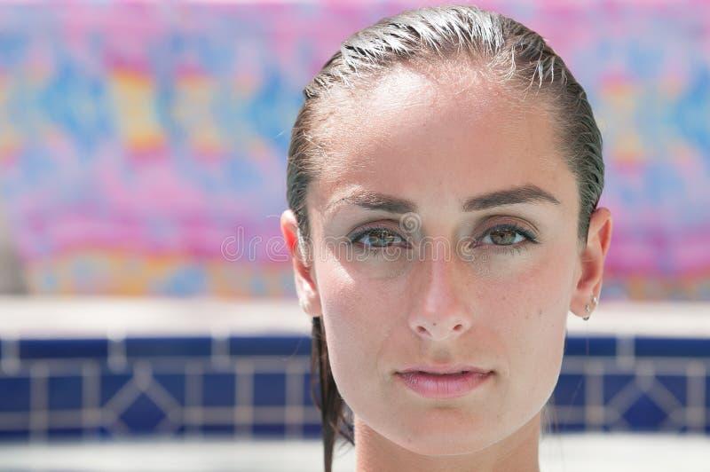 Attraktive Frau in einem Pool, das einen Badeanzug trägt stockfotos