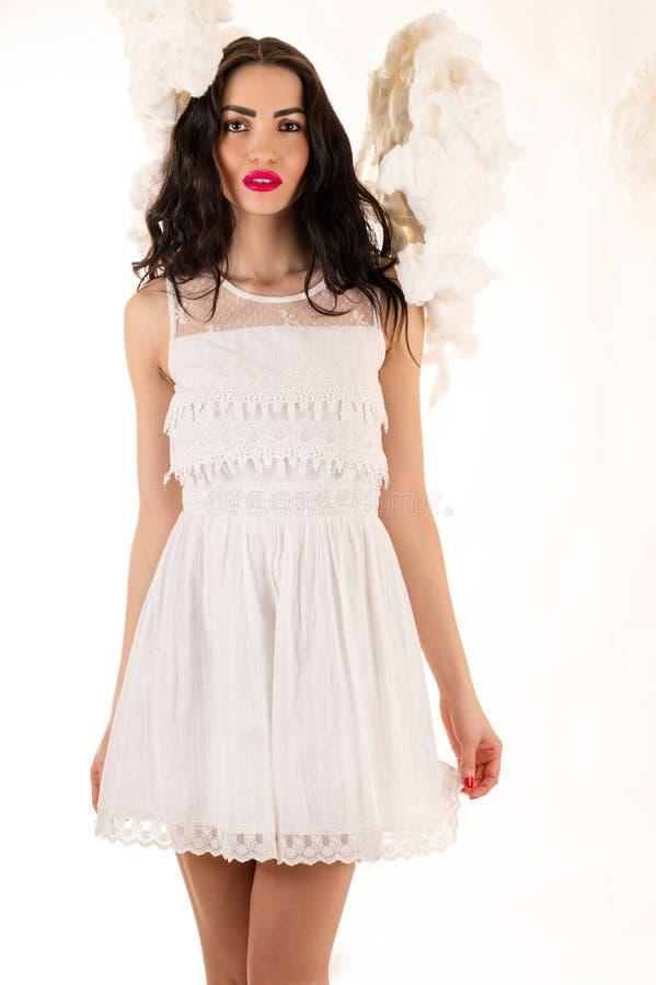 Attraktive Frau in einem weißen Kleid in den Wolken stockbilder