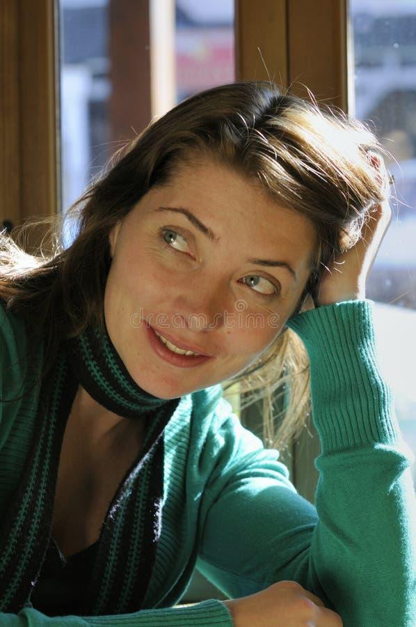 Attraktive Frau in einer Kaffeestube stockbilder