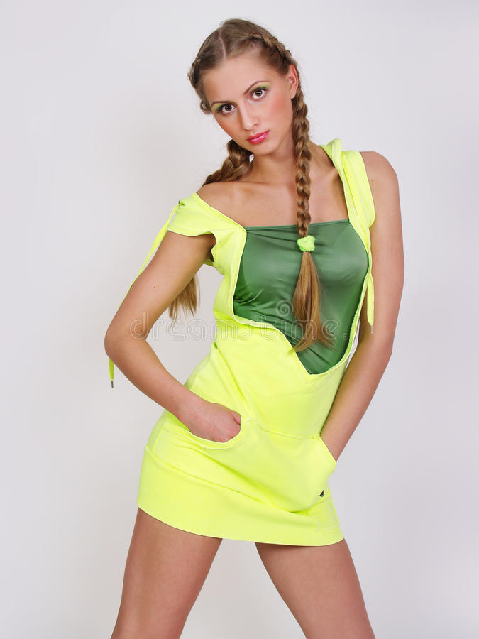 Attraktive Frau in gelber Sport kleiden Haltungen stockfotos