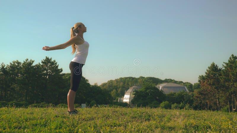 Attraktive Frau genießen Sportprogramm im Park lizenzfreie stockfotografie