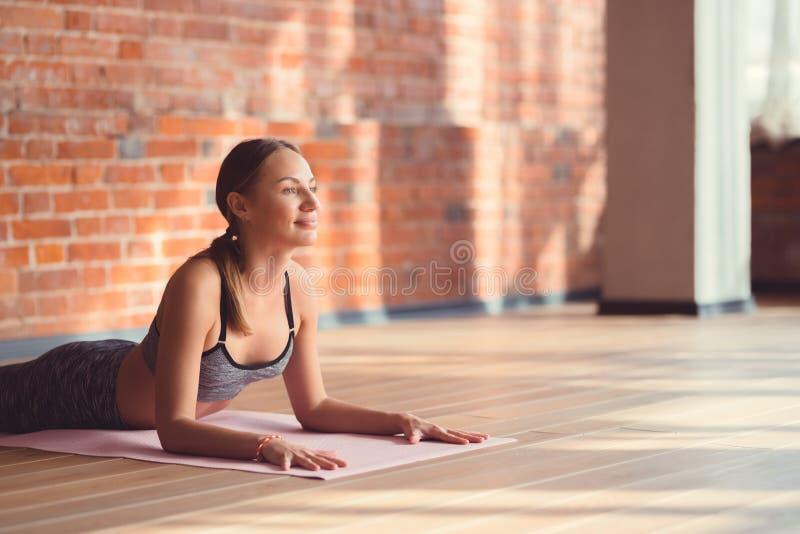Attraktive Frau im Dachboden lizenzfreie stockfotografie