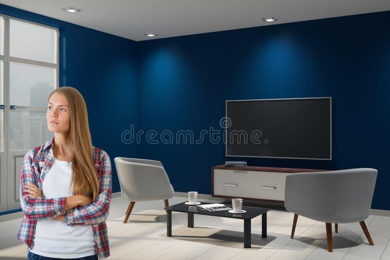 Attraktive Frau im Innenraum stockfoto