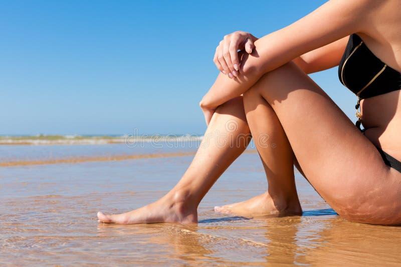 Attraktive Frau im monokini auf Strand stockfotografie