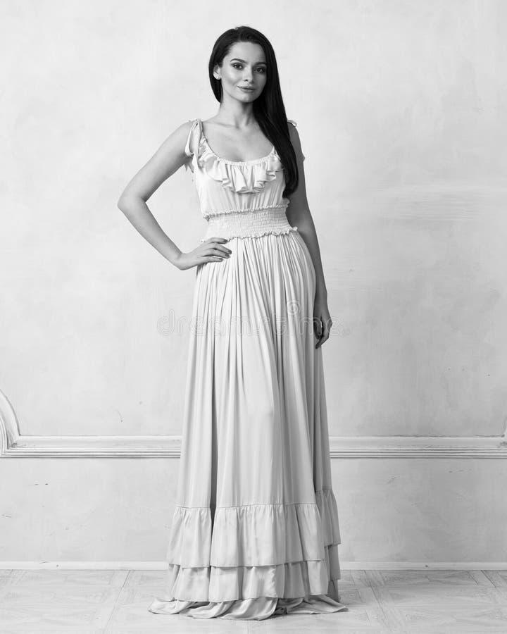 Attraktive Frau im nackten eleganten Ballkleid lizenzfreies stockfoto
