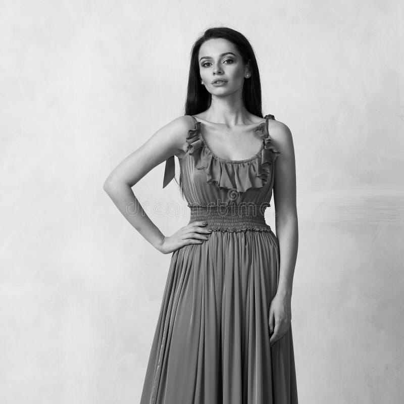 Attraktive Frau im nackten eleganten Ballkleid lizenzfreies stockbild