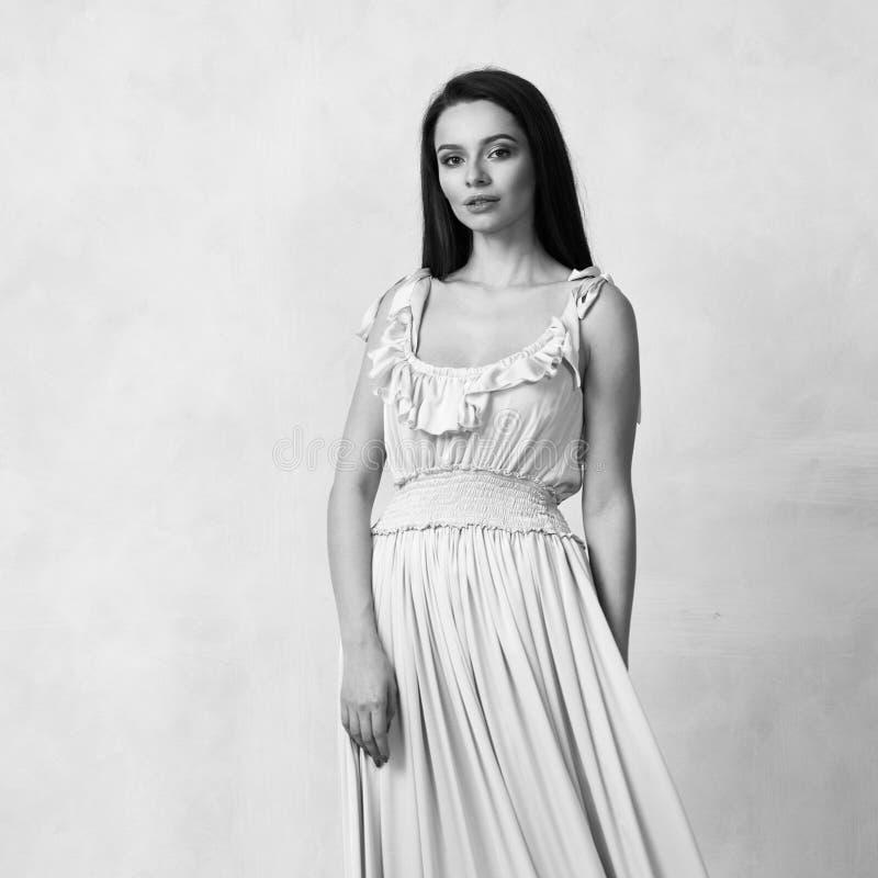 Attraktive Frau im nackten eleganten Ballkleid stockfotografie