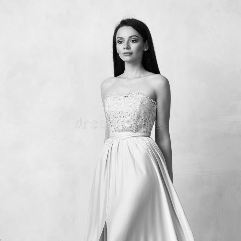 Attraktive Frau im nackten eleganten Ballkleid lizenzfreie stockbilder