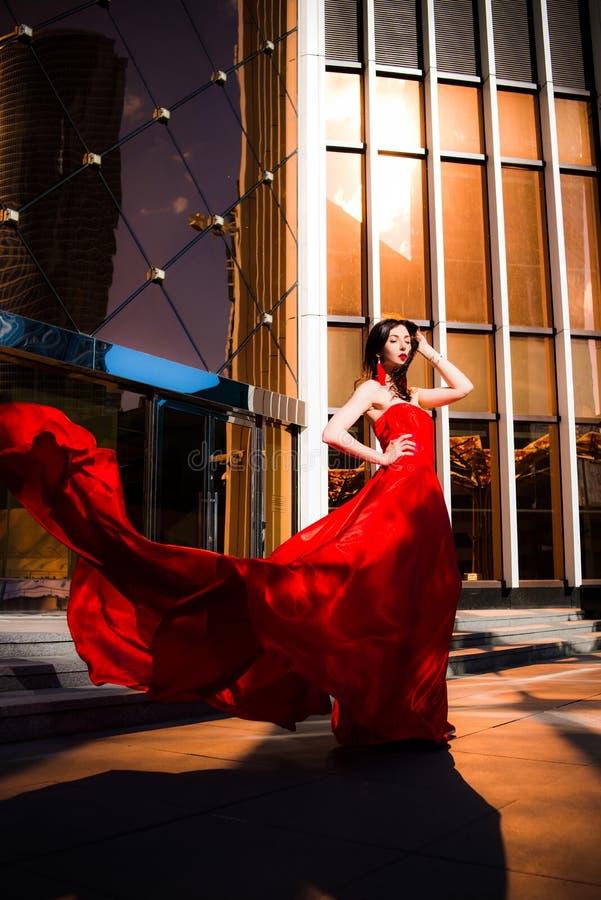 Attraktive Frau im roten geflatterten Kleid Feuer, Flamme, Leidenschaftskonzept lizenzfreies stockfoto