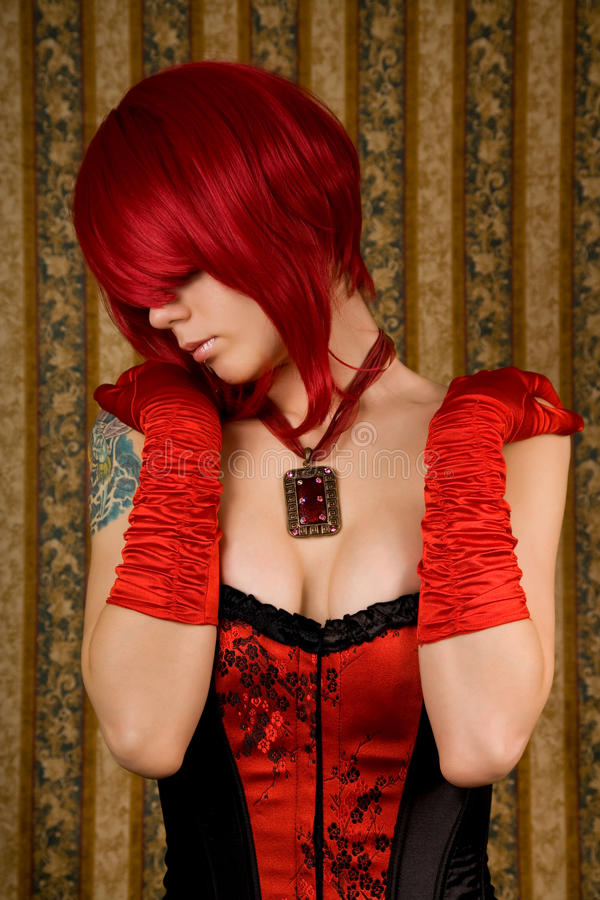 Attraktive Frau im roten Korsett lizenzfreie stockfotos