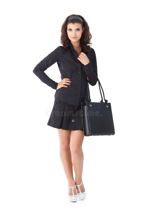 Attraktive Frau im Schwarzen stockfoto