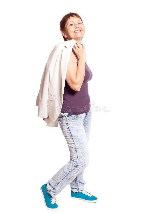Attraktive Frau 50 Jahre lokalisiert auf weißem Hintergrund lizenzfreie stockfotos