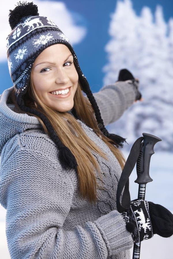 Attraktive Frau kleidete für das Skifahrenlächeln an stockbilder