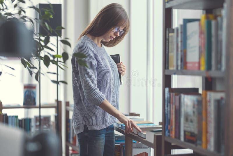 Attraktive Frau mit Büchern lizenzfreies stockbild