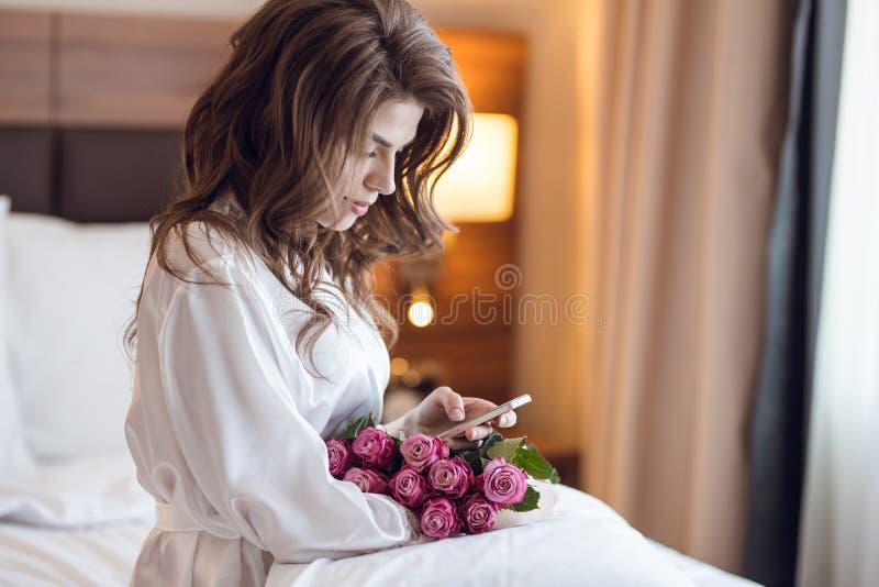 Attraktive Frau mit Blumenstrauß lizenzfreies stockbild