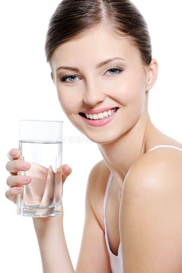 Attraktive Frau mit einem sauberen Glas Wasser lizenzfreie stockfotografie