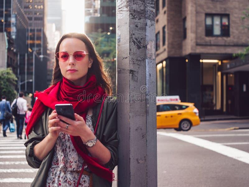 Attraktive Frau mit einem Telefon stockfoto