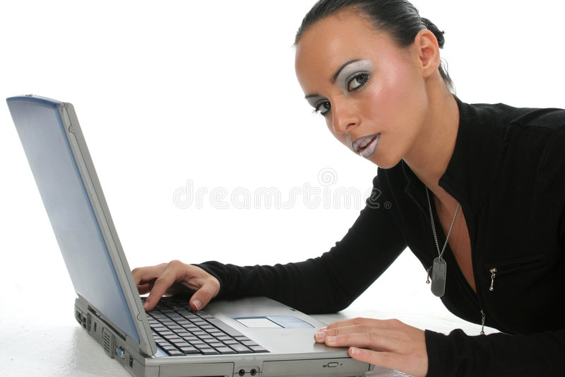 Attraktive Frau mit Laptop lizenzfreie stockfotografie