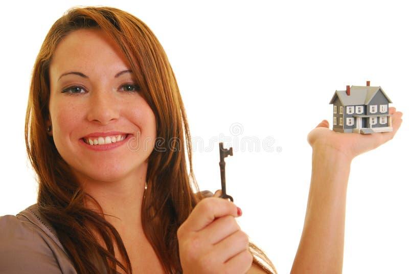 Attraktive Frau mit Schlüssel- und Minihaus stockbilder