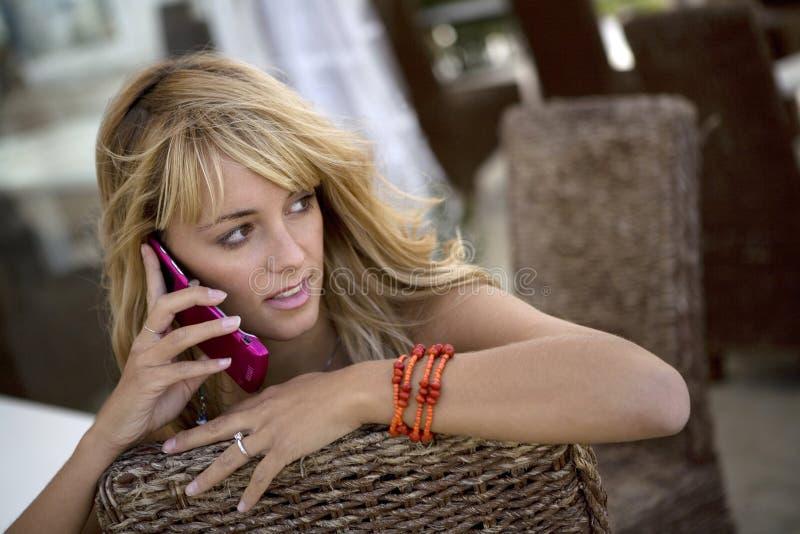 Attraktive Frau mit Telefon   stockbild