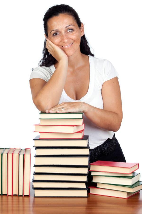 Attraktive Frau mit vielen Büchern stockfotografie