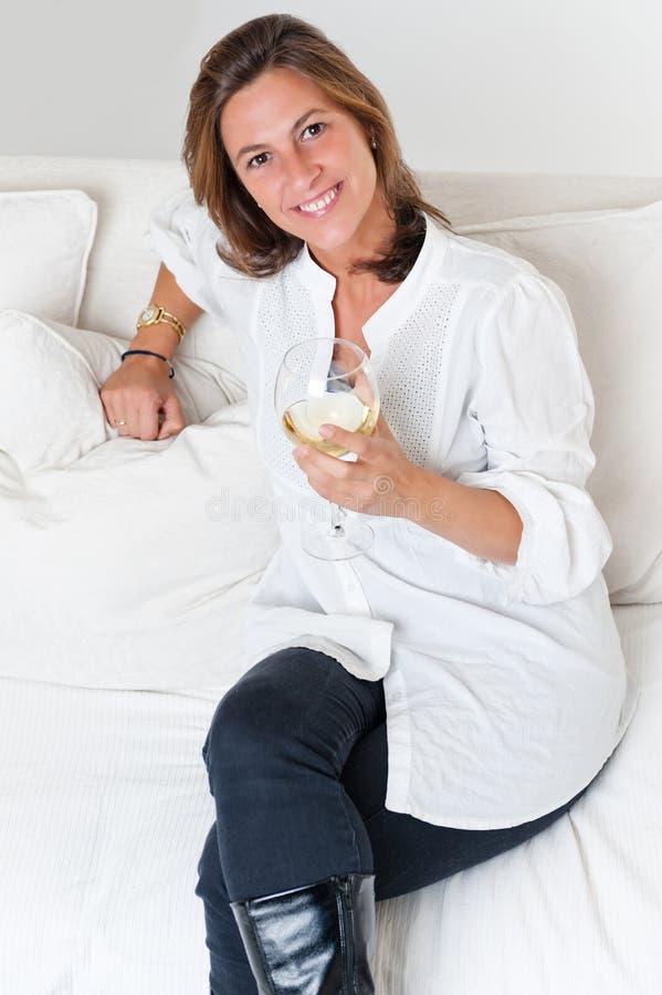 Attraktive Frau mit Weinglas stockbild