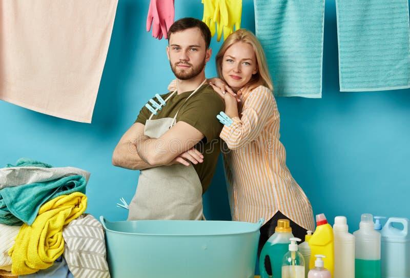 Attraktive Frau und ihre behilfliche Ausgabenzeit in der Waschküche lizenzfreies stockfoto