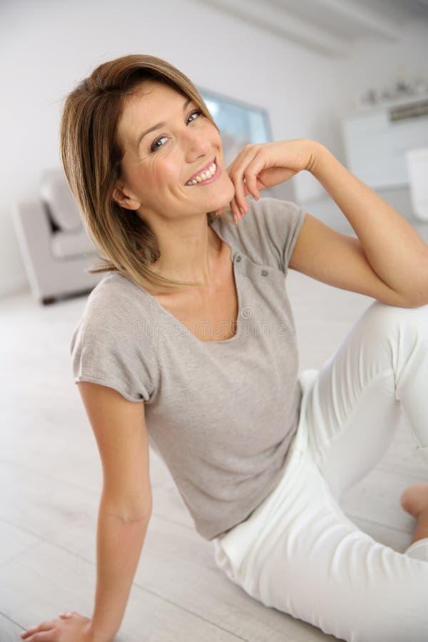 Attraktive Frau von mittlerem Alter lizenzfreie stockfotos