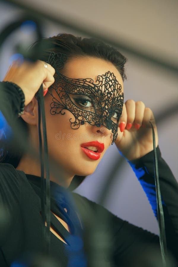 Attraktive Frauen mit schwarzer Spitzemaske stockfotos